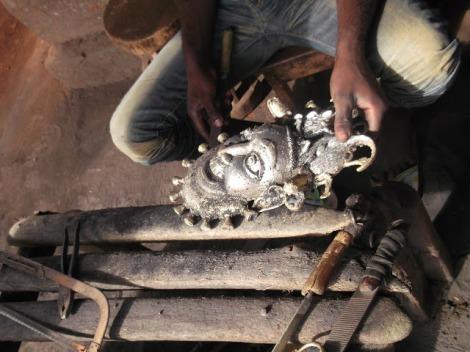 Finition d'un masque en bronze représentant le roi N'joya roi des bamouns