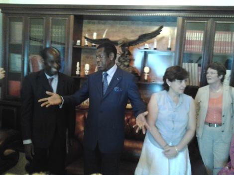 Le maire de la ville, le milliardaire Victor Fotso, nous fait visiter la mairie.