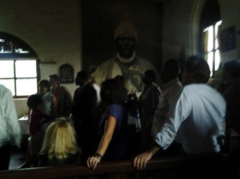 Notre hôte, guide et ministre de la culture du royaume Bamoun, le dénommé Nji Oumarou Nchare nous fait pénétrer le musée, et en 20 minutes à peine, nous résume une visite qui devait durer 1h.