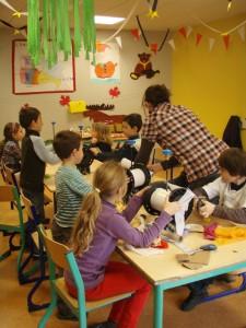 Atelier de customissation de bobines de fils avec des enfants pour le carnaval de st-médard en jalles 2012 (2)